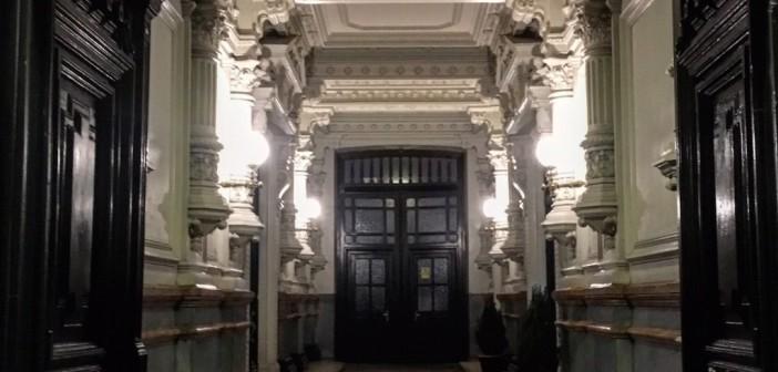 Un portal en Chueca con un secreto muy práctico