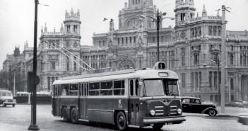 Trolebús circulando por Madrid, en 1956