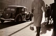 Mujer caminando por la Gran Vía, 1955