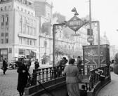 Fotos antiguas de Madrid: Entrando al metro (1959)
