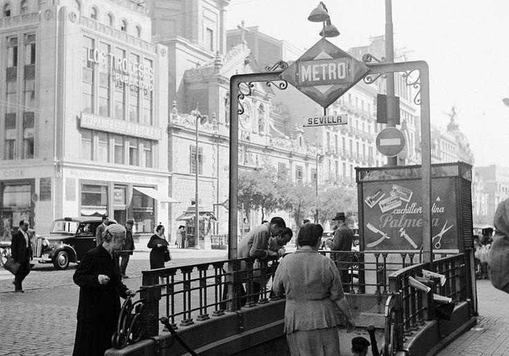 Foto antigua Madrid: bajando al Metro