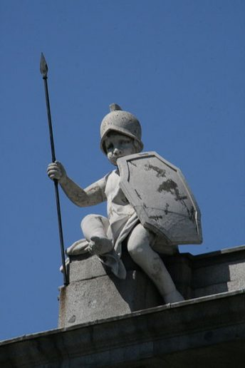 Uno de los putto que coronan la Puerta de Alcalá