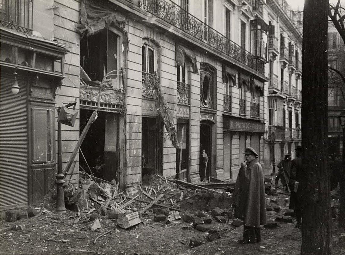 La actual Plaza de Pedro Zerolo durante los bombardeos de la Guerra Civil