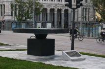 Pebetero en la calle de Alcalá en recuerdo de las víctimas del coronavirus