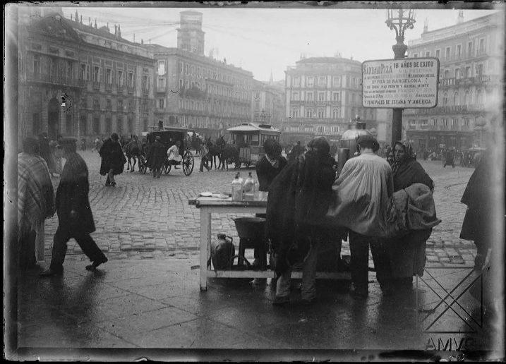 Puesto ambulante en la puerta del Sol de Madrid en 1900